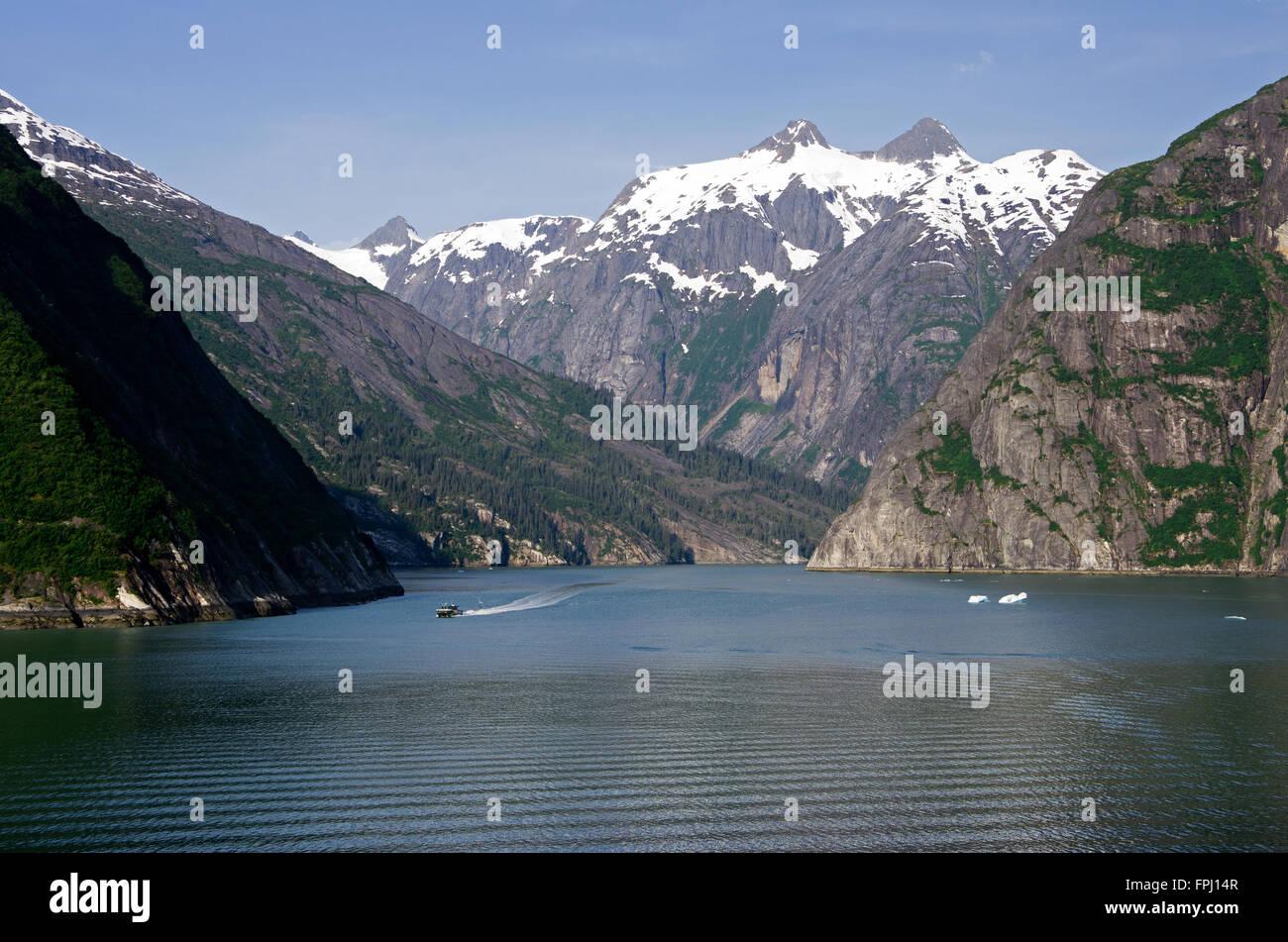 Petit bateau d'excursion se dirige vers le bateau de croisière glacier comme tête de Tracy Arm Fjord. Photo Stock