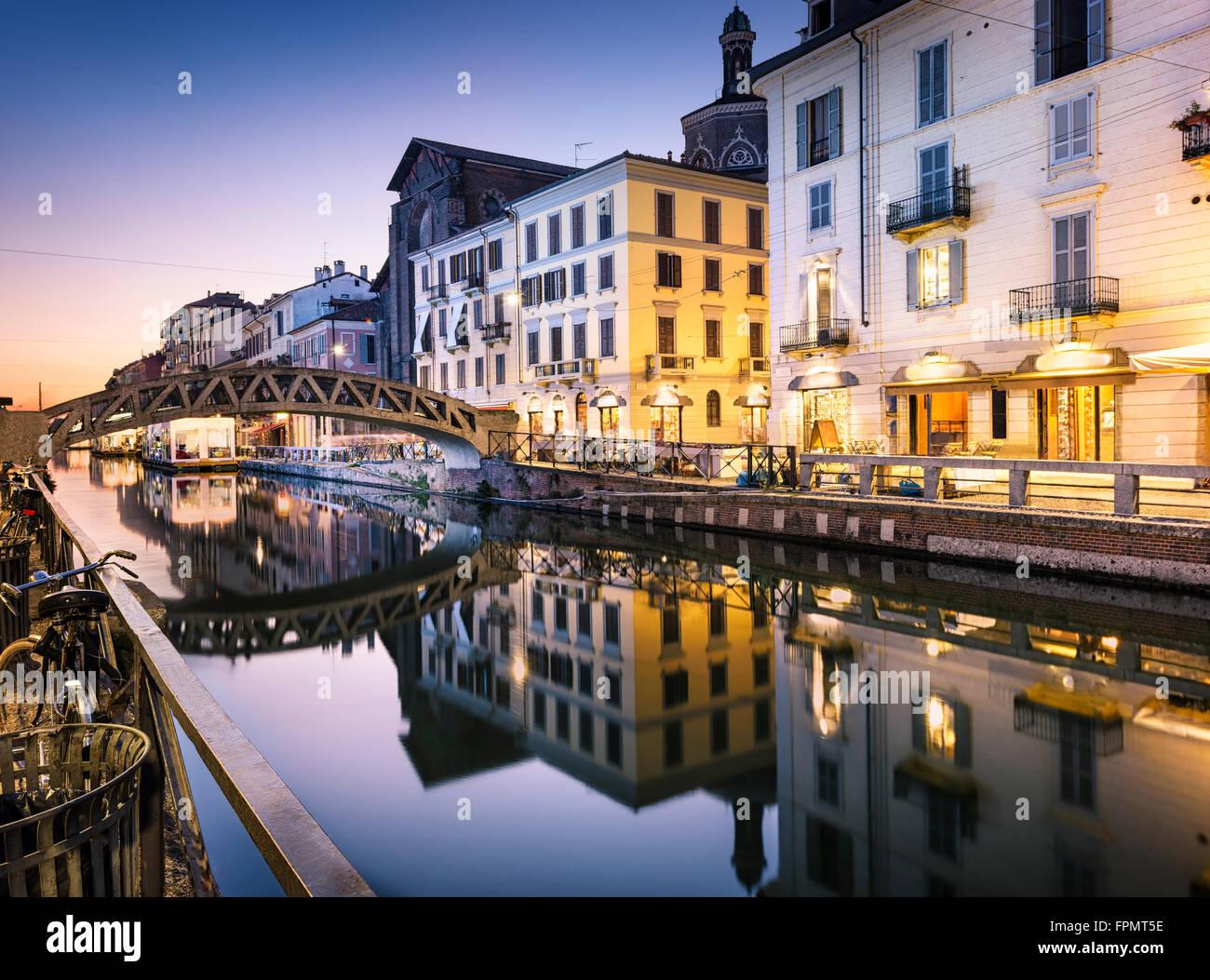 Pont sur le canal Naviglio Grande au soir à Milan, Italie Photo Stock