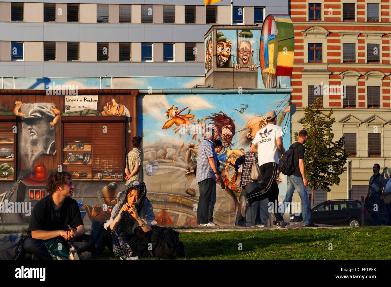 Allemagne, Berlin. Un après-midi de détente sur la pelouse de la East Side Gallery le long de la Spree. Photo Stock