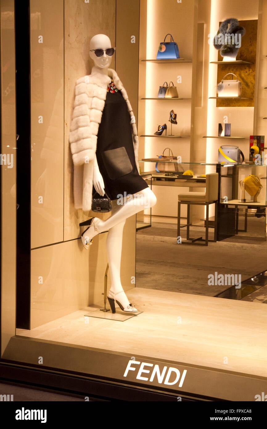 Fenêtre store de la marque Fendi à Rome, Italie, les boutiques de mode de 640b5cb288b