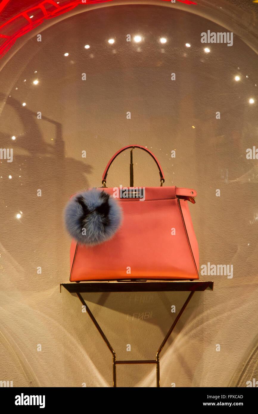 Fenêtre store de marque FENDI sac à Rome Italie, des boutiques de mode de  luxe bed078638ba