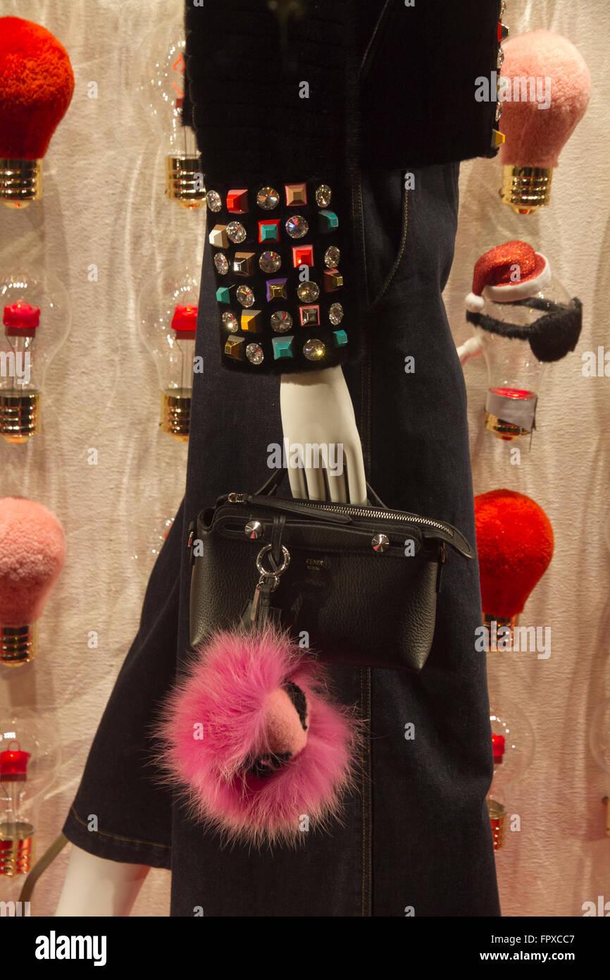 Sac Fendi fenêtre store de marque à Rome Italie, des boutiques de mode de  luxe made in Italy bb9bb2bfc4b
