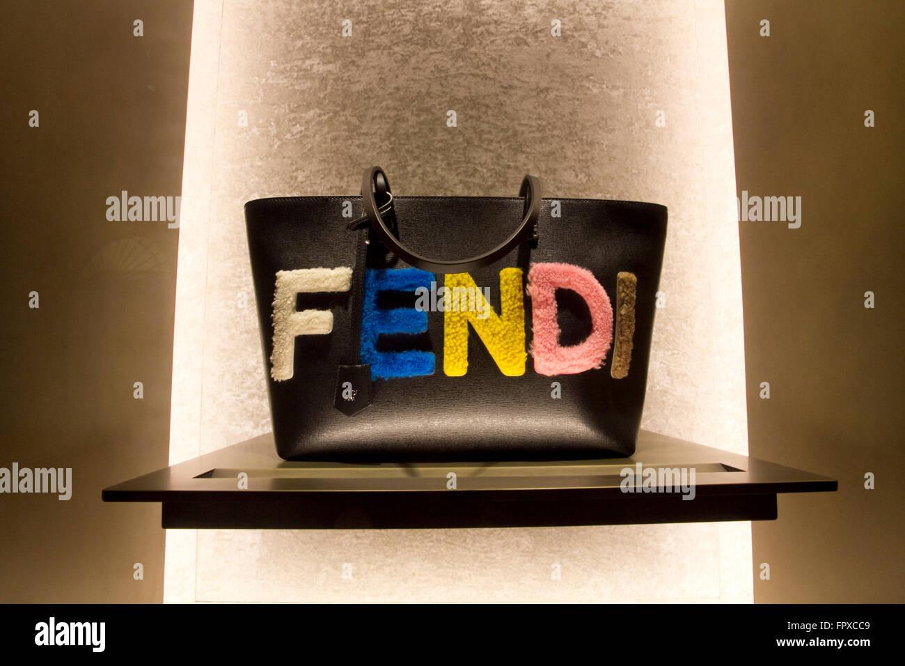 Fenêtre store sac de marque Fendi à Rome Italie, shopping mode luxe  fabriqué en Italie e4a40b9ac56