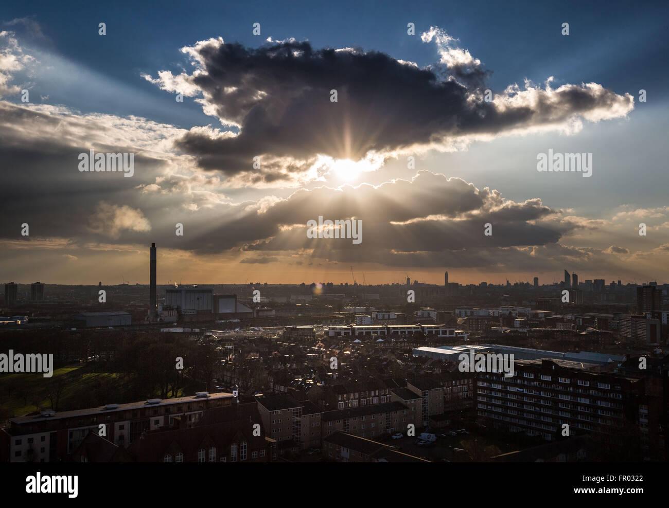 Londres, Royaume-Uni. 20 mars, 2016. Météo France: Après-midi sun rays burst à travers Photo Stock