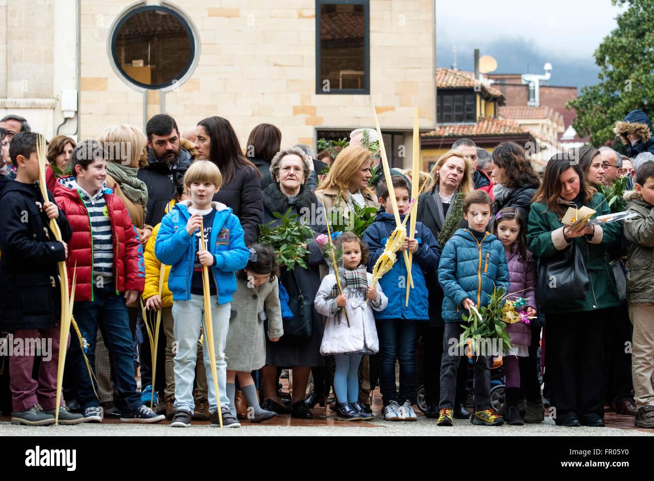 Oviedo, Espagne. 20 mars, 2016. Les enfants avec des palmiers et de laurier au cours de la bénédiction Photo Stock