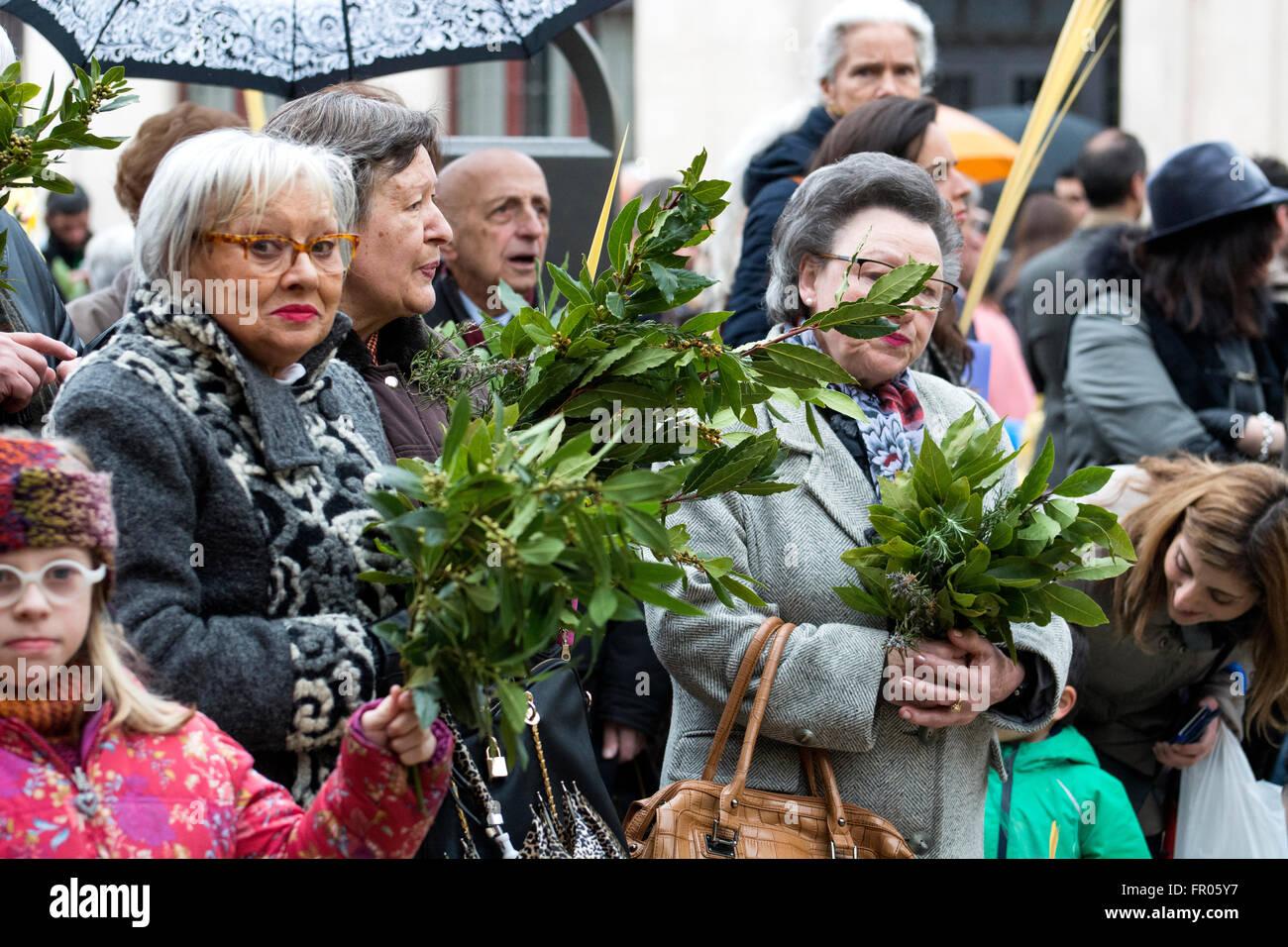 Oviedo, Espagne. 20 mars, 2016. Femme avec des palmiers et de laurier au cours de la bénédiction de palmiers Photo Stock
