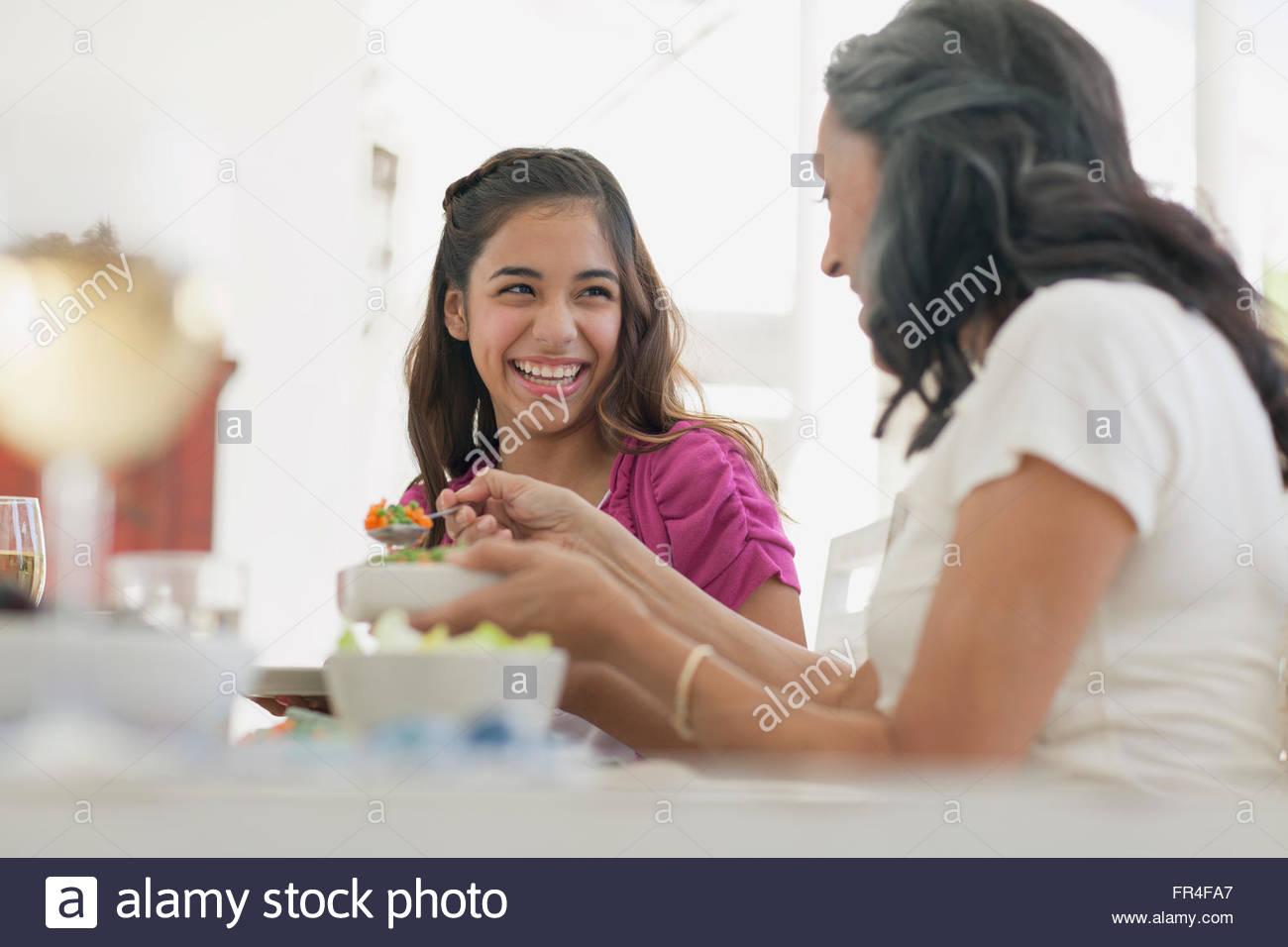 Mère et fille d'un rire de dîner Photo Stock