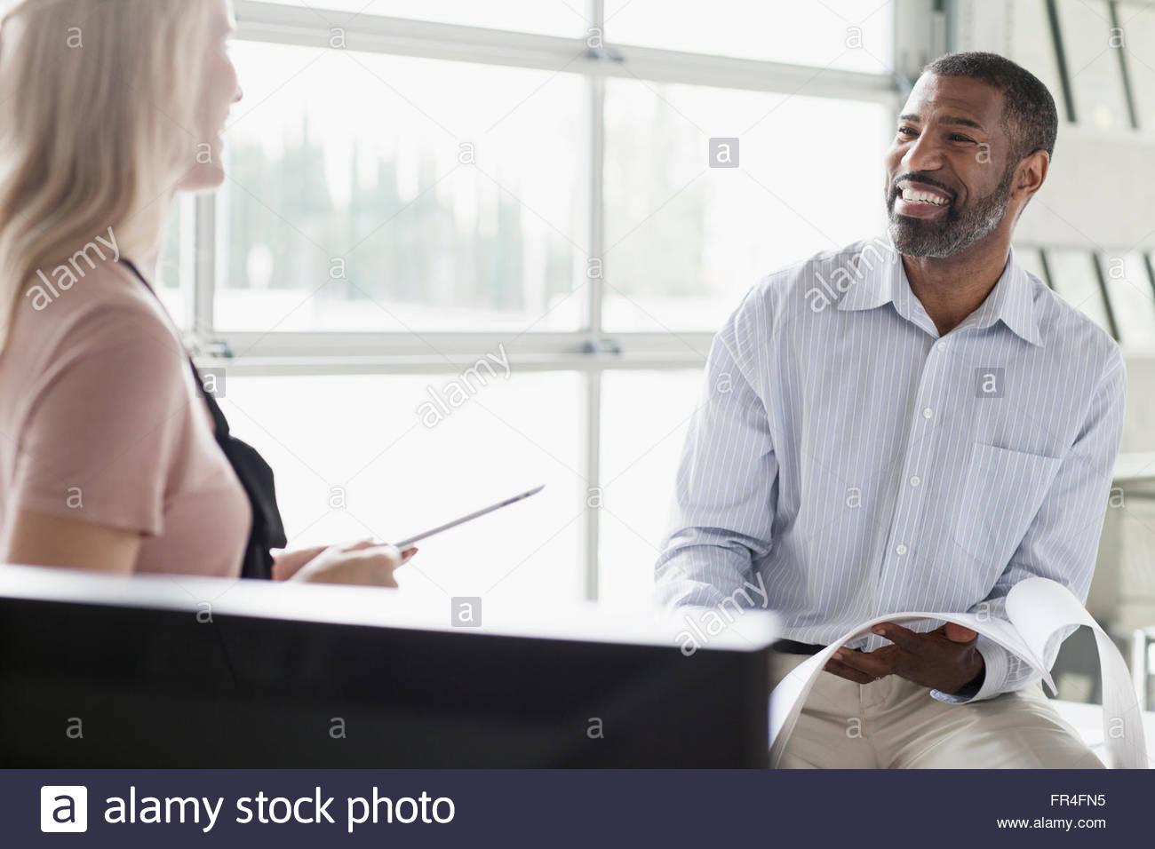 Deux collègues partageant un rire de l'office Photo Stock