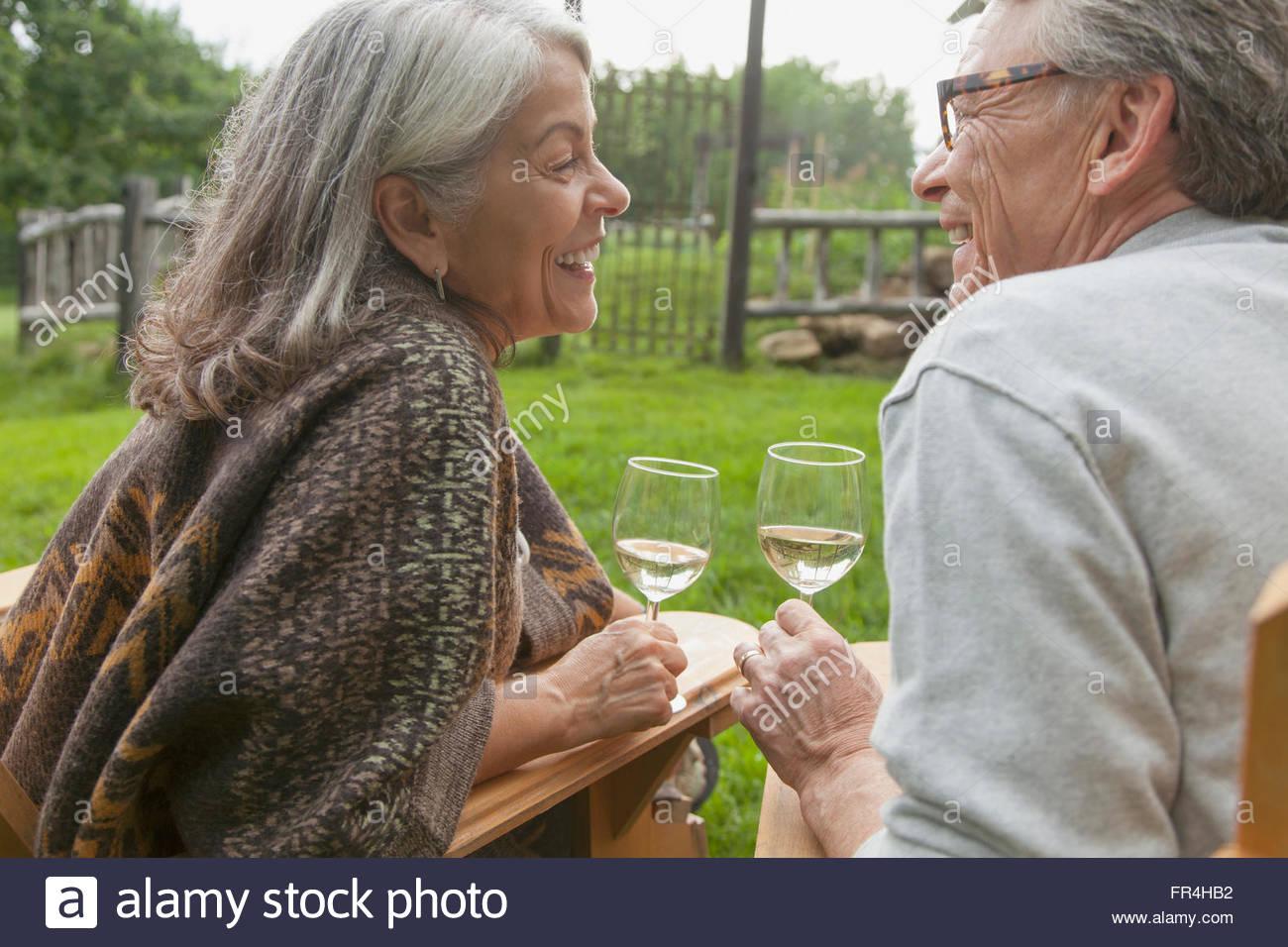 Couple tout en buvant du vin Photo Stock