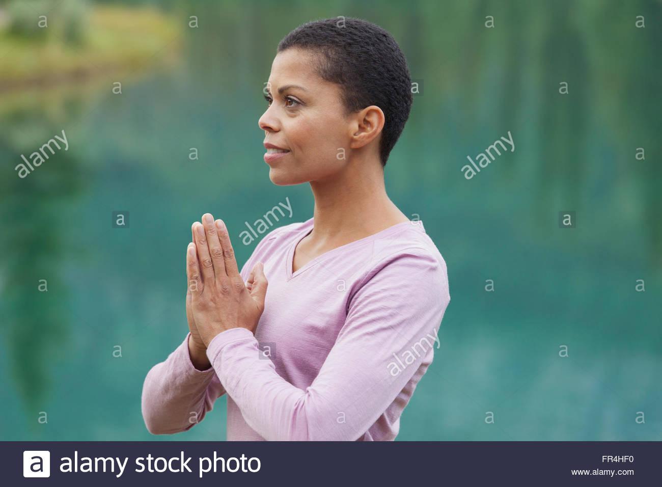 Portrait of african american woman in yoga pose à l'extérieur Photo Stock