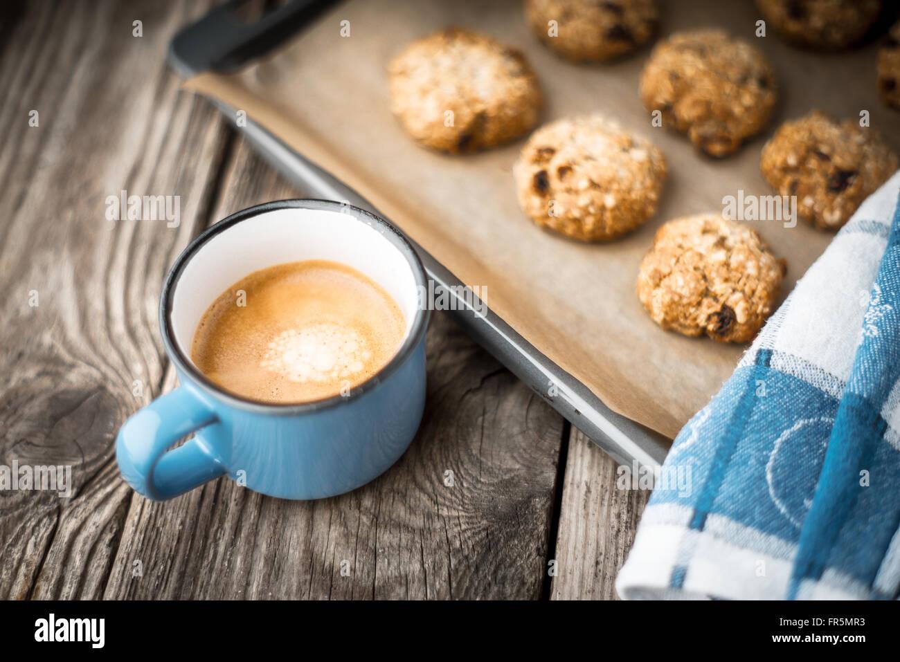 Oatmeal Cookies et café tasse sur une table horizontale, en bois Photo Stock