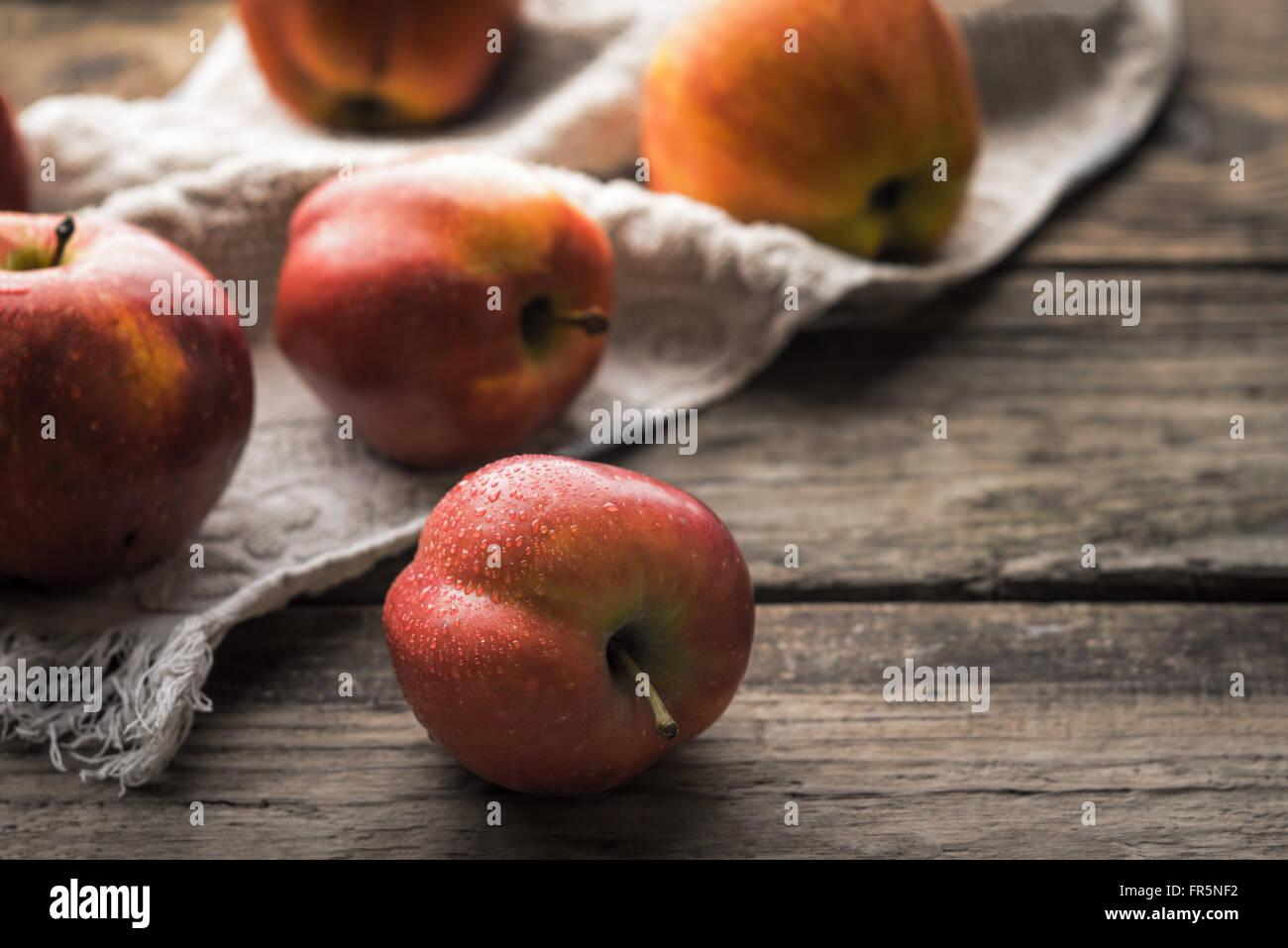 Pommes rouges et serviette sur l'ancienne horizontale conseils Photo Stock