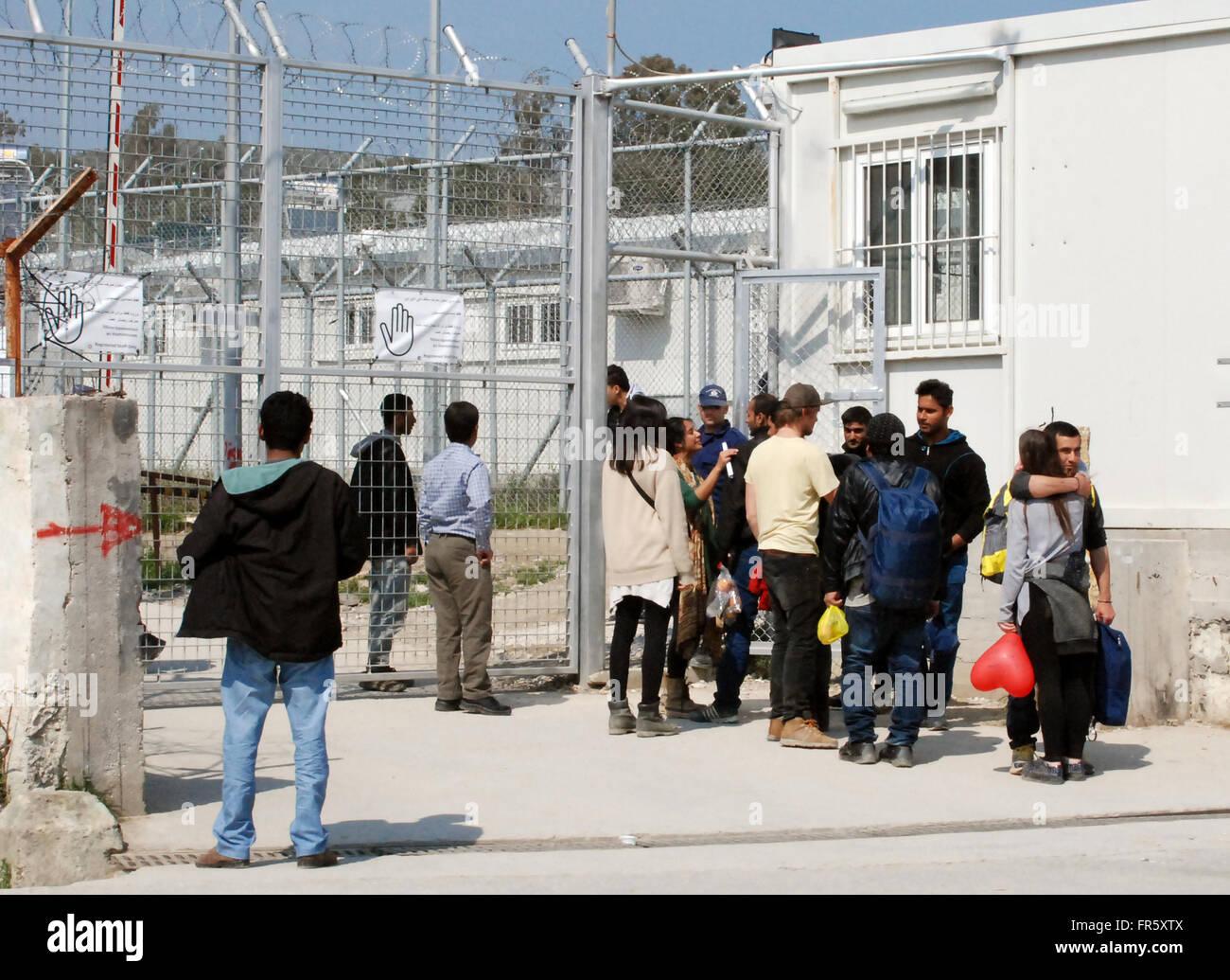 Les Refugies Et Les Personnes Debout A La Porte Du Camp De Reception
