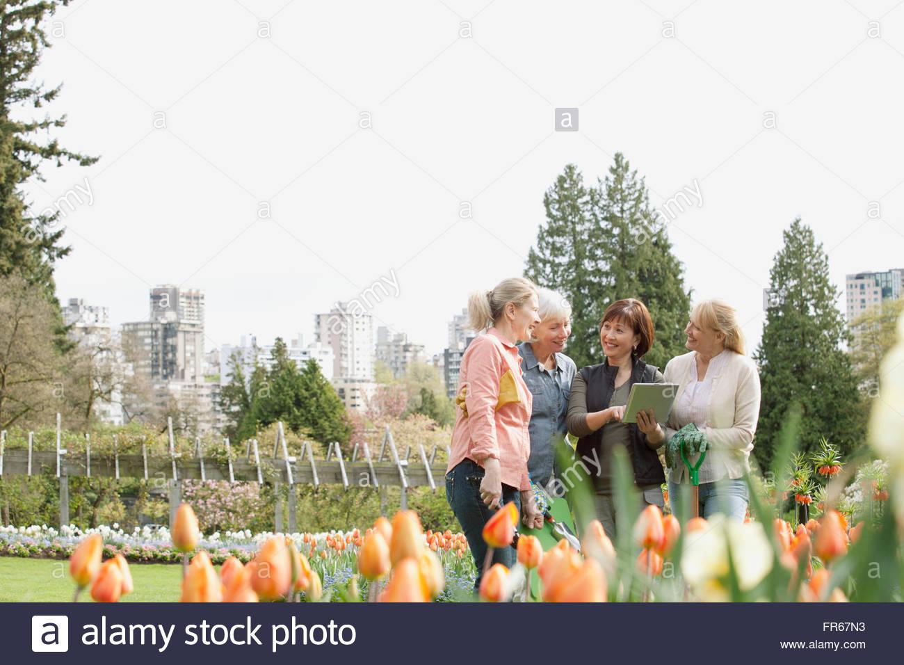 Femme mûre de discuter de plans d'aménagement paysager Photo Stock