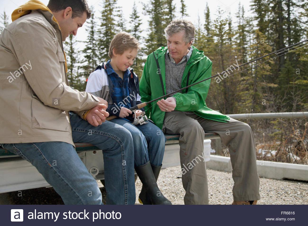 Trois générations d'hommes se prépare pour la pêche Photo Stock