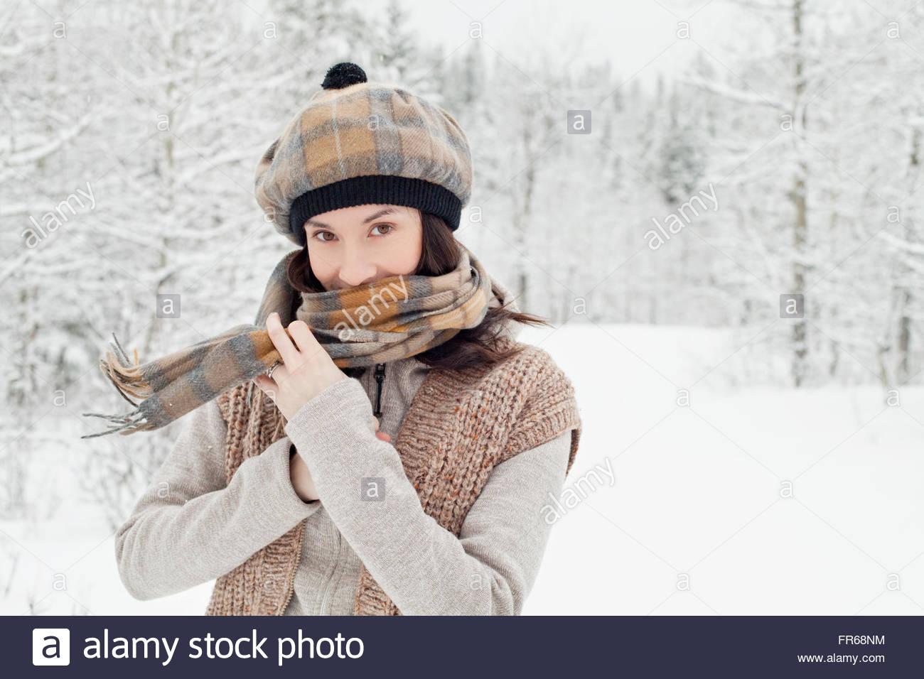 Jeune femme élégante profiter du plein air Photo Stock