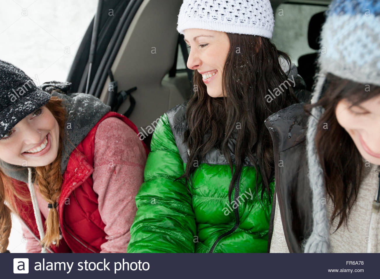 Les amis profitant de l'extérieur enneigé Photo Stock