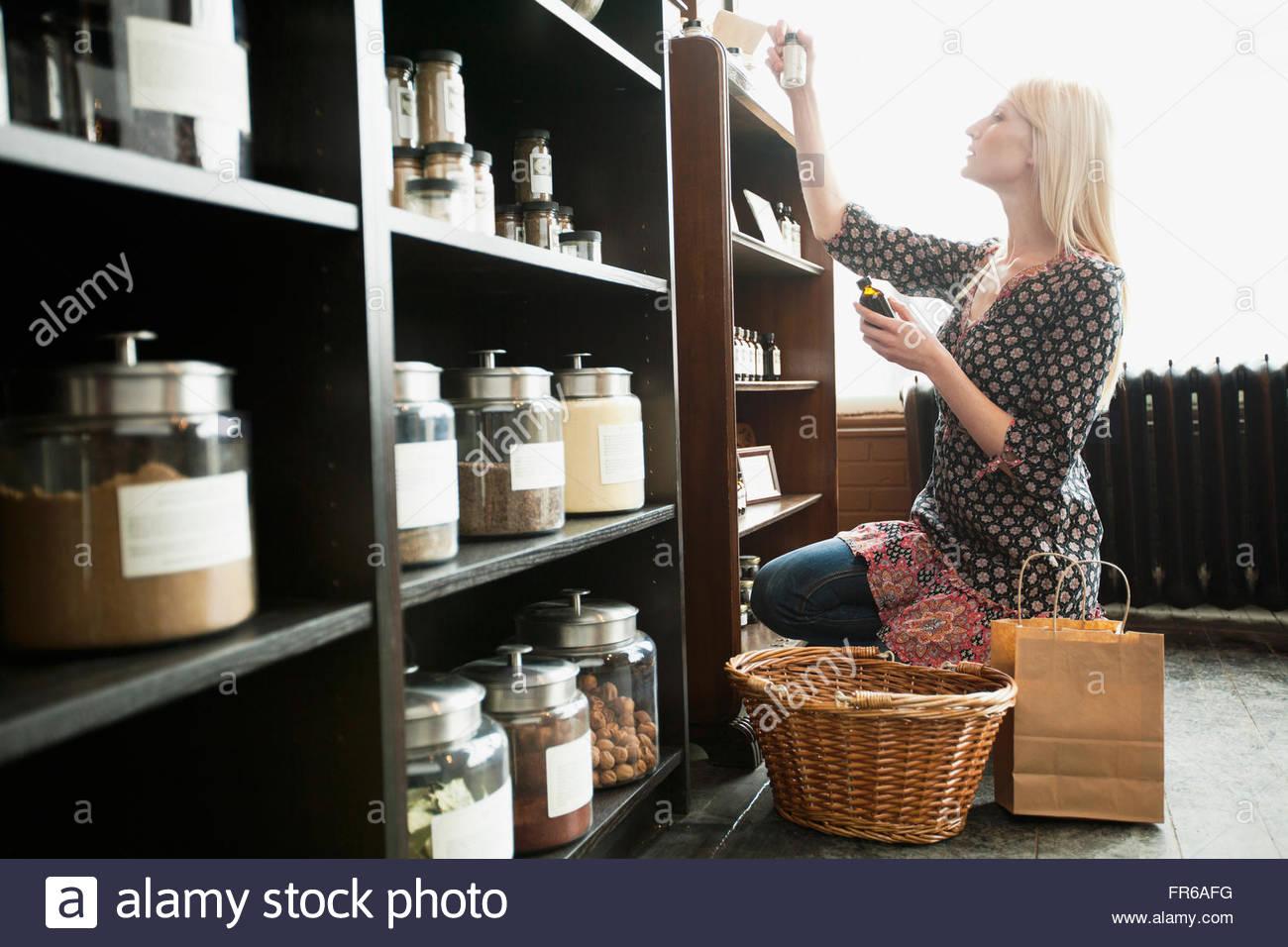 Le choix du client de détail en magasin d'épices épices Photo Stock