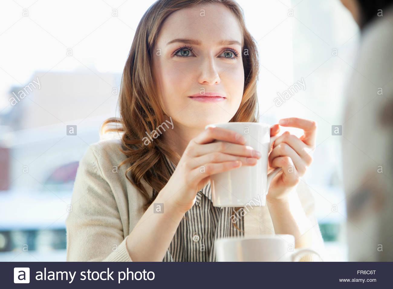 Les jeunes femmes élégantes le café Photo Stock