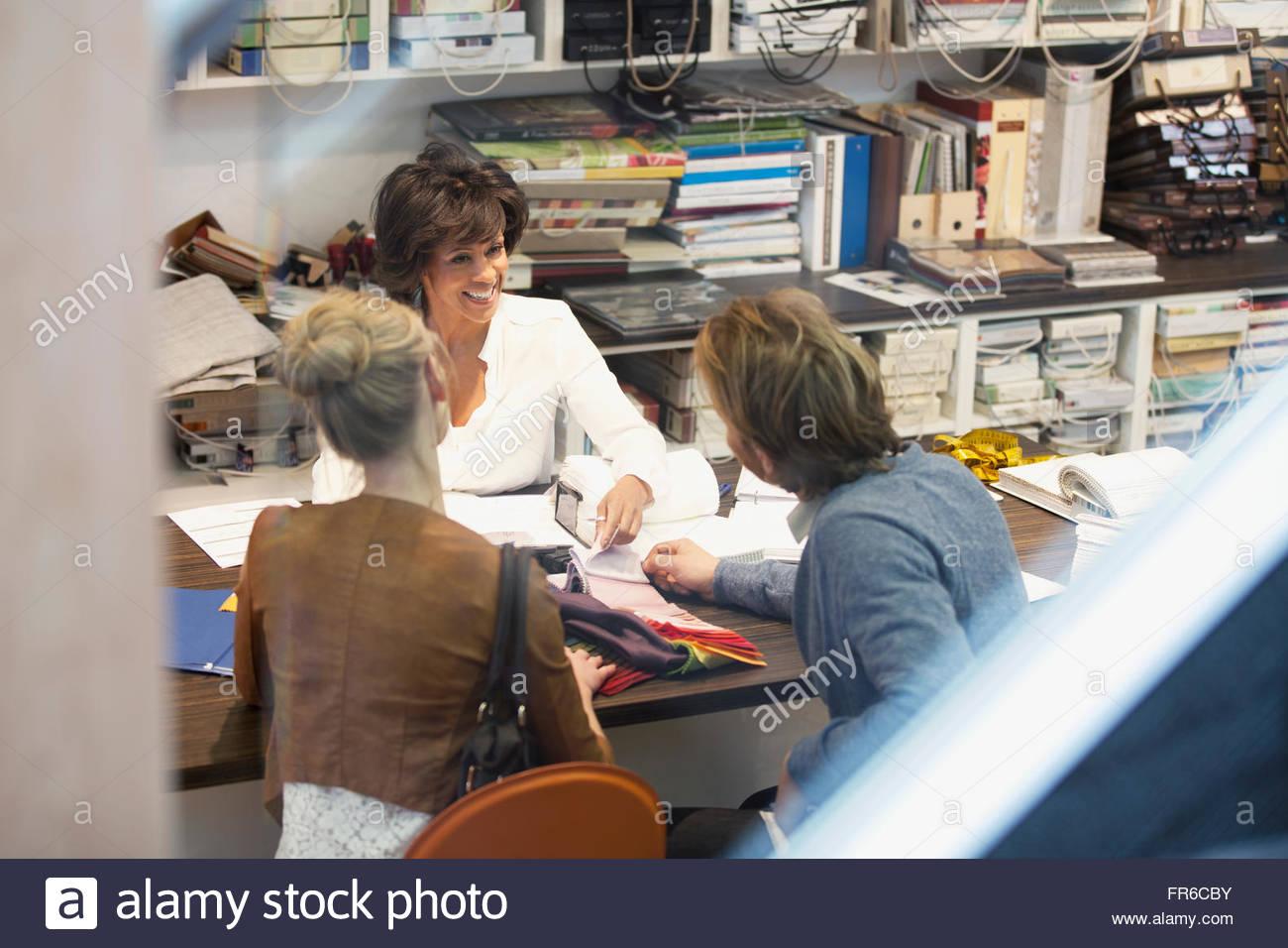 Couple en discussion avec designer Photo Stock