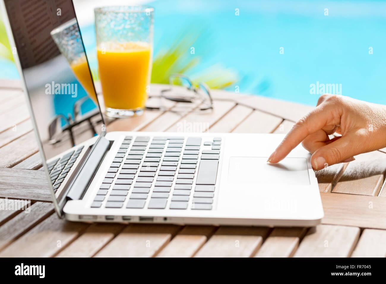 Dans Le Jardin Une Femme Surf Internet Sur Ordinateur Portable Le