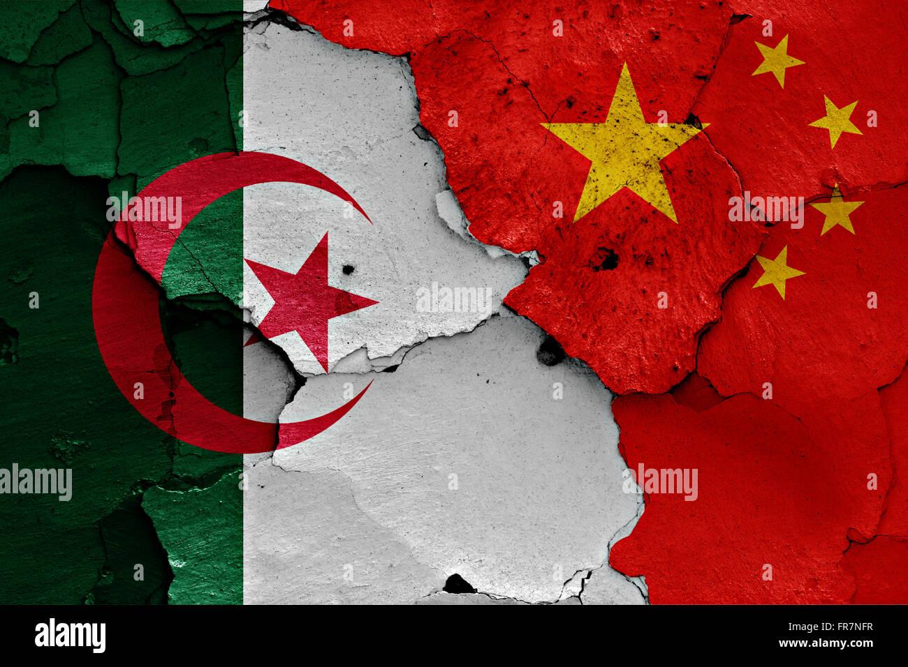 Drapeaux de l'Algérie et la Chine peint sur mur fissuré Photo Stock