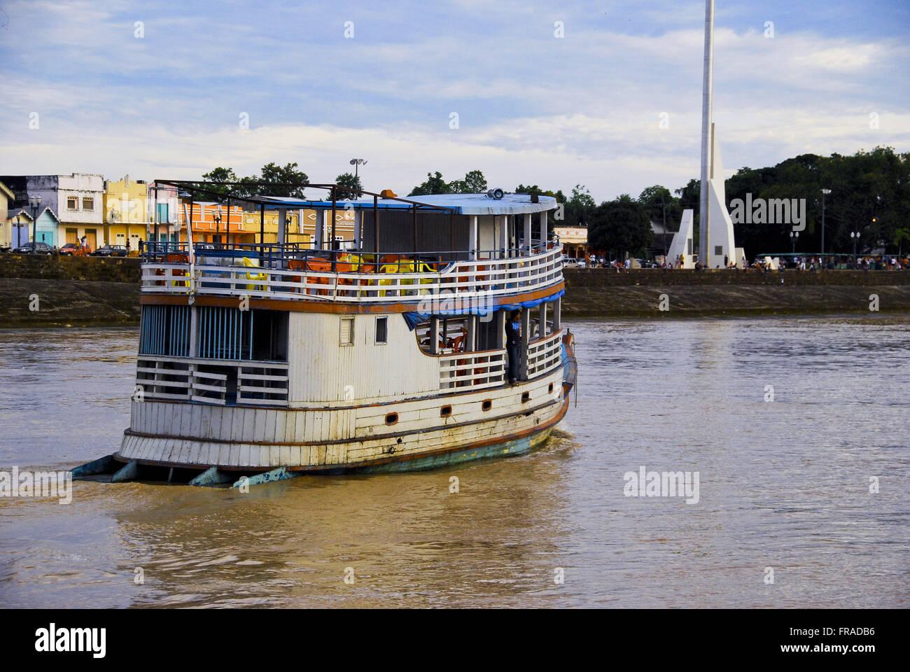 Bateau naviguant sur la rivière Acre Photo Stock