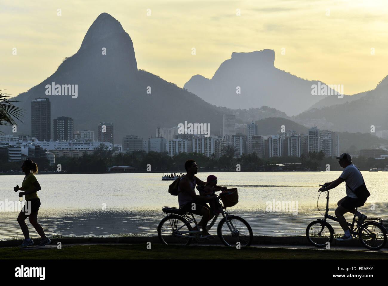 L'exercice physique sur le bord de Lagoa Rodrigo de Freitas coucher du soleil Banque D'Images