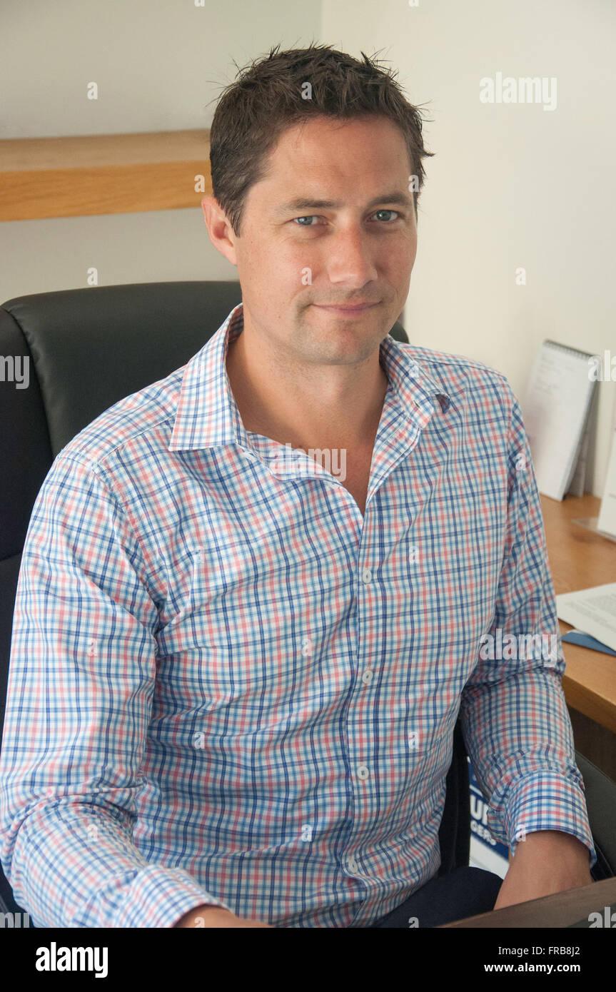 Jeune professionnel hommes (30 ans) à l'office de tourisme 24, Christchurch, Canterbury, Nouvelle-Zélande Photo Stock