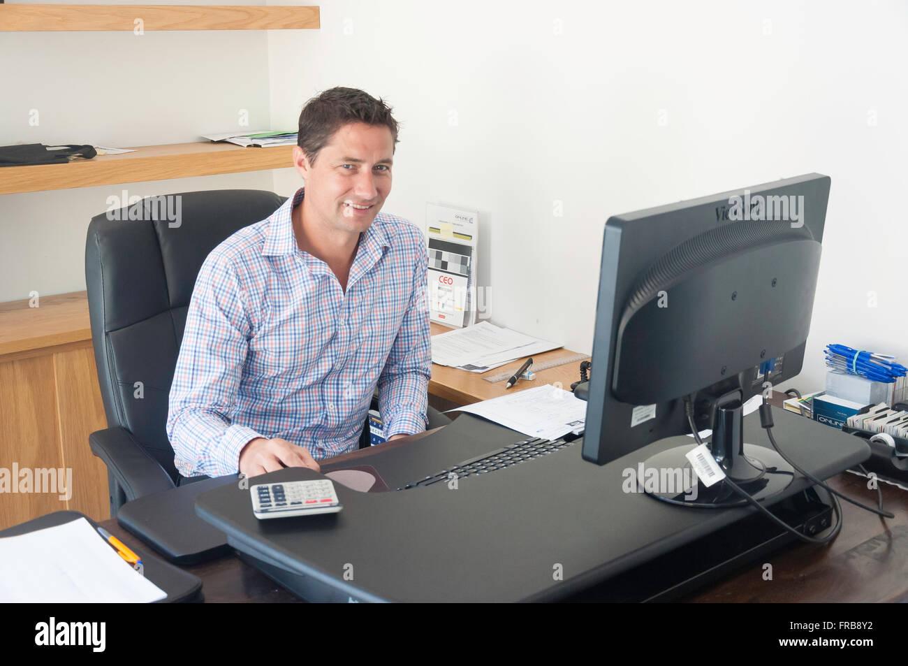 Jeunes cadres de sexe masculin (30 ans) à l'office de tourisme 24, Christchurch, Canterbury, Nouvelle-Zélande Photo Stock
