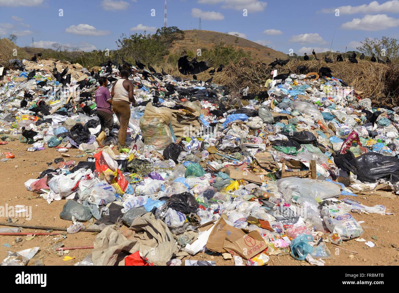 Des ramasseurs de déchets recyclables-dans le ciel ouvert au km 17 de l'autoroute BR-040 Washington Luiz Photo Stock