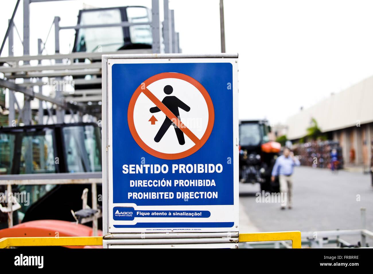 Interdit de signalisation sens de patio fabrique des machines agricoles Photo Stock