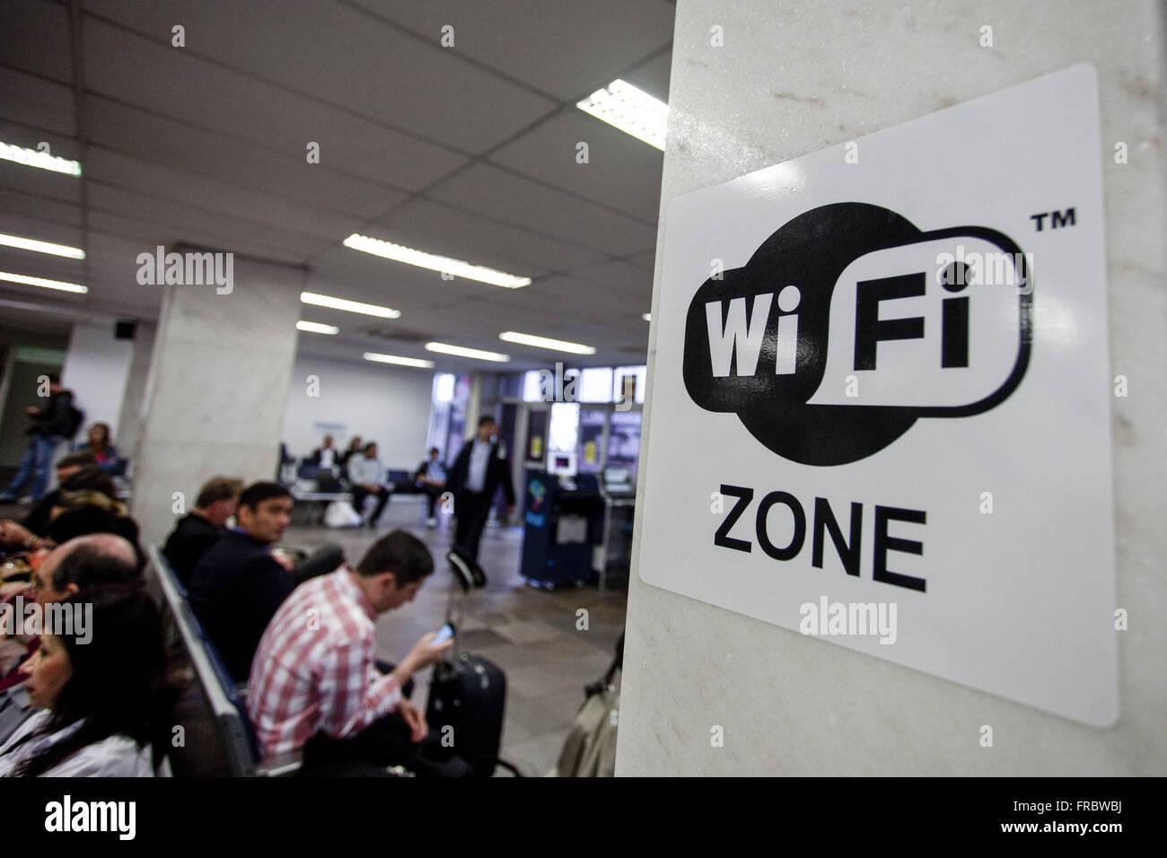 Signe indiquant une connexion Wifi dans la salle d'embarquement de l'aéroport international Salgado Photo Stock
