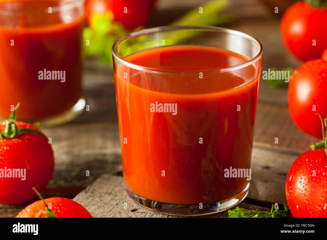Jus de tomates biologiques crus avec le persil et le céleri Photo Stock