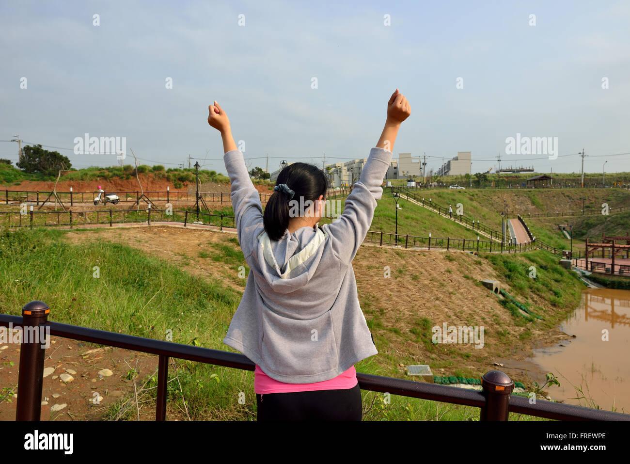 Woman standing with hands up /Avenir / liberté / espoir / concept de réussite Photo Stock