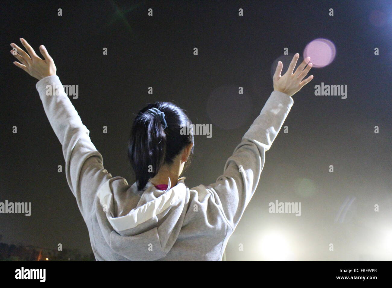 Woman standing with hands up /Avenir / liberté / espoir / concept de réussite Photo Stock