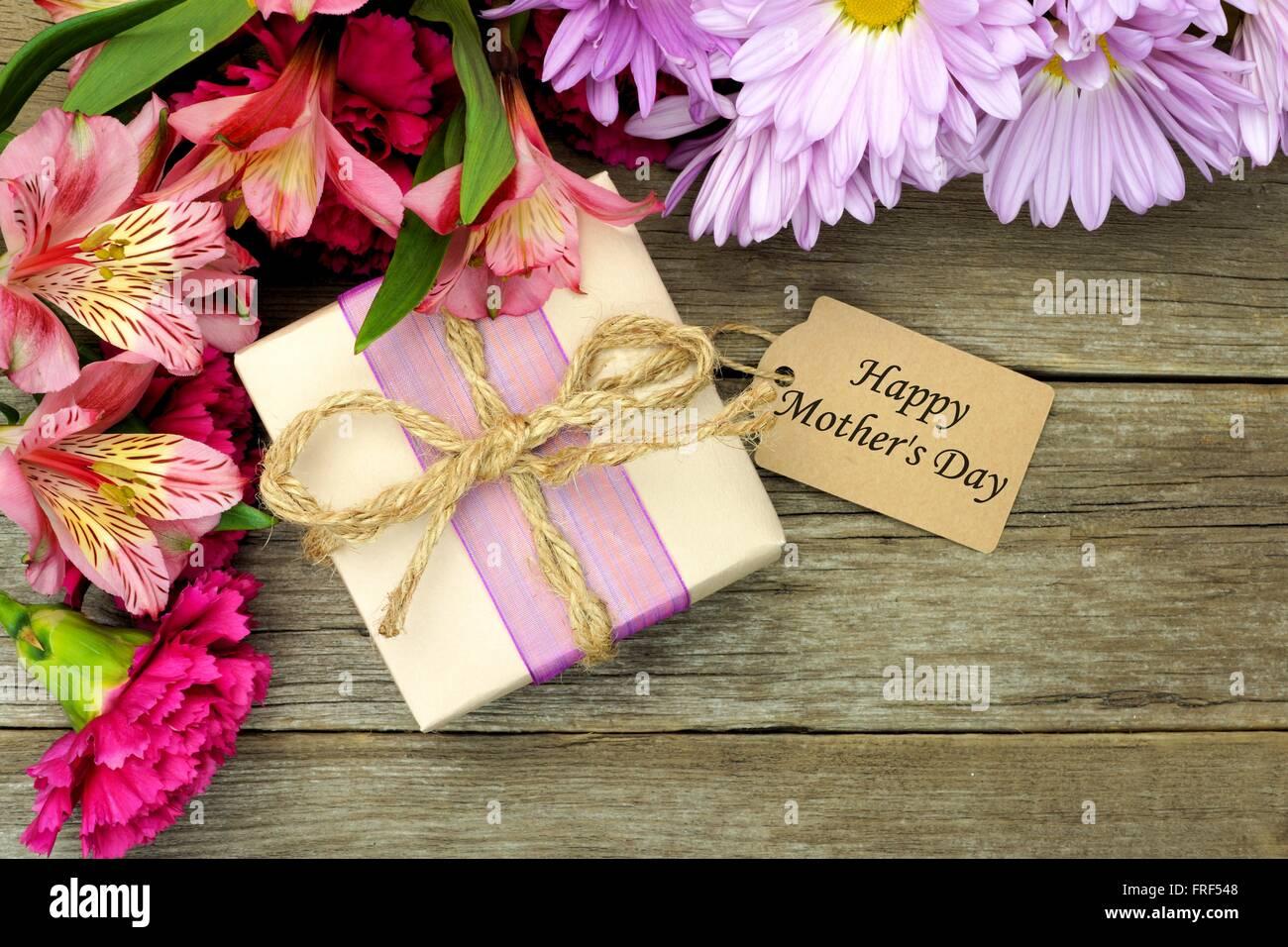 bordure de fleurs avec boîte-cadeau et happy mother's day tag contre
