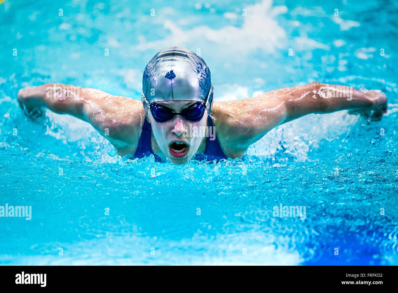 À une distance nageur fille papillon au tournoi international de natation piscine Photo Stock