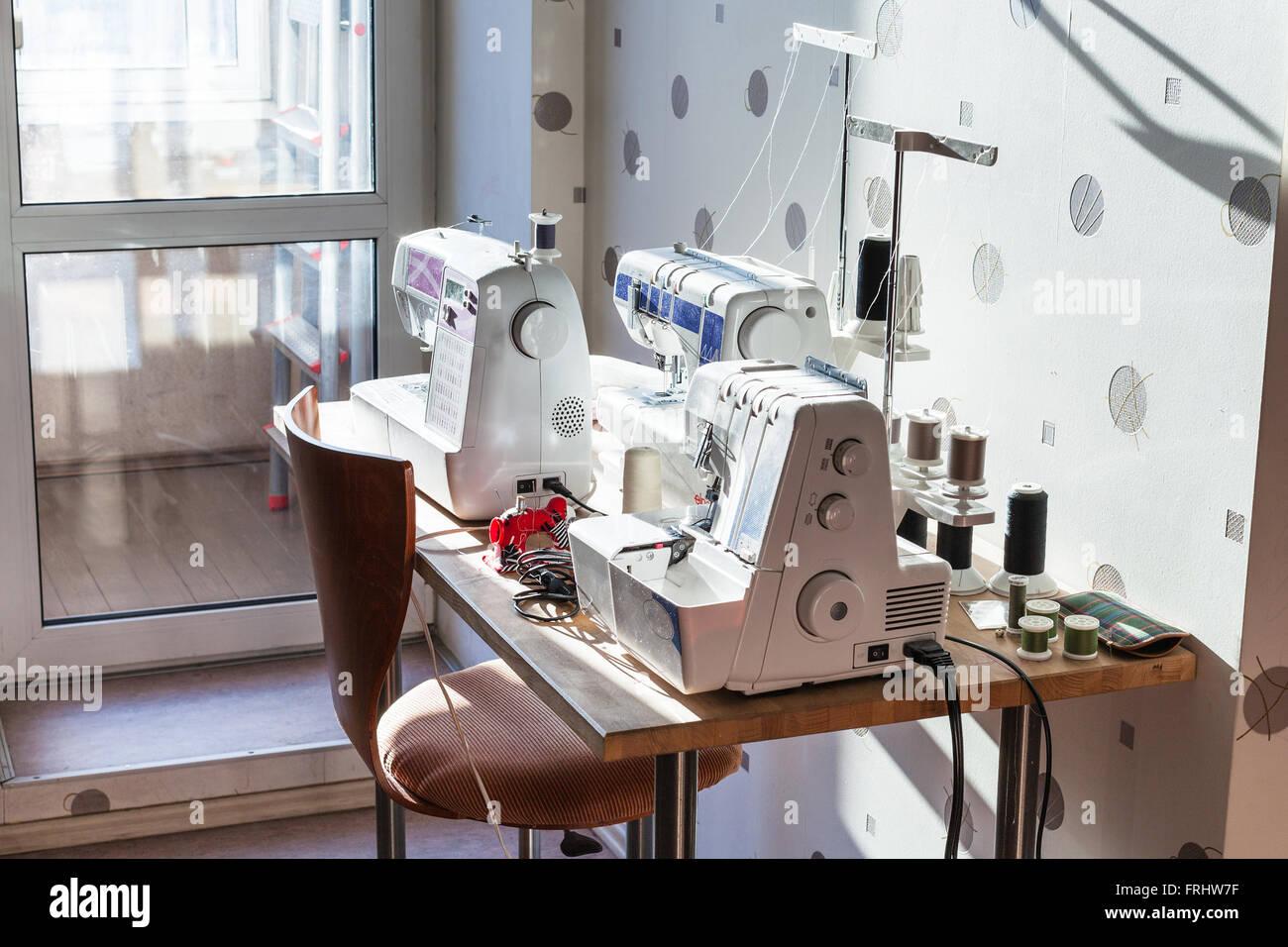 Atelier de couturière à domicile - machines à coudre et serger sur
