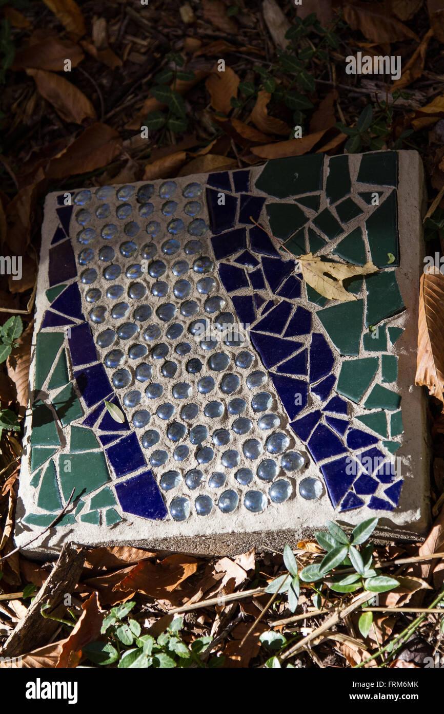 Un carrelage à motifs dans une allée de jardin Banque D ...