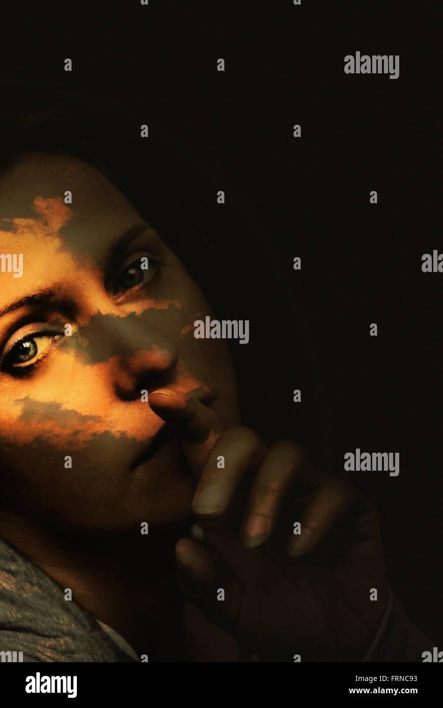 Portrait surréaliste de la jeune femme avec les nuages sur son visage Photo Stock