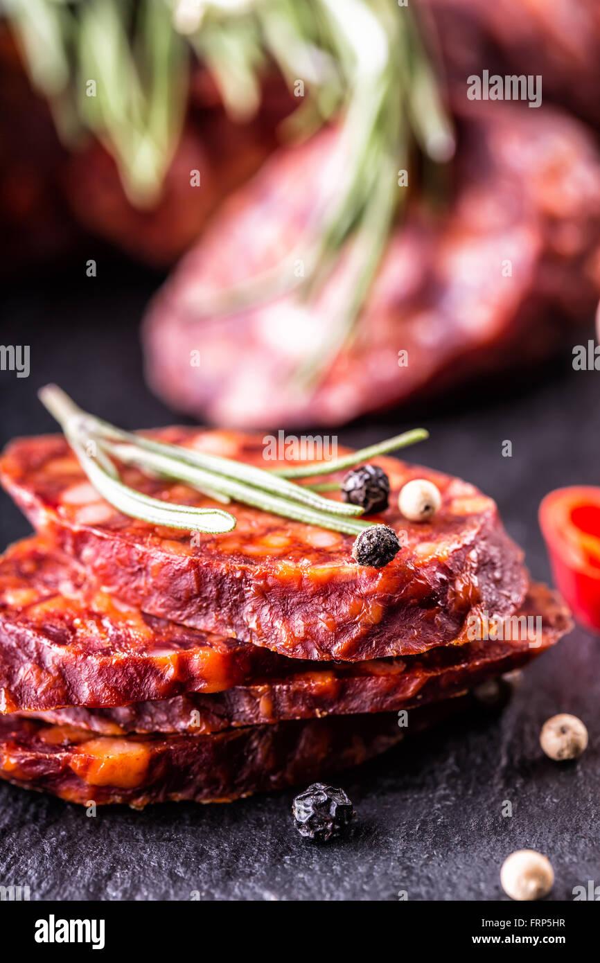 La saucisse Chorizo. Chorizo traditionnel espagnol, à l'aide de fines herbes, l'ail, le poivre et le Photo Stock