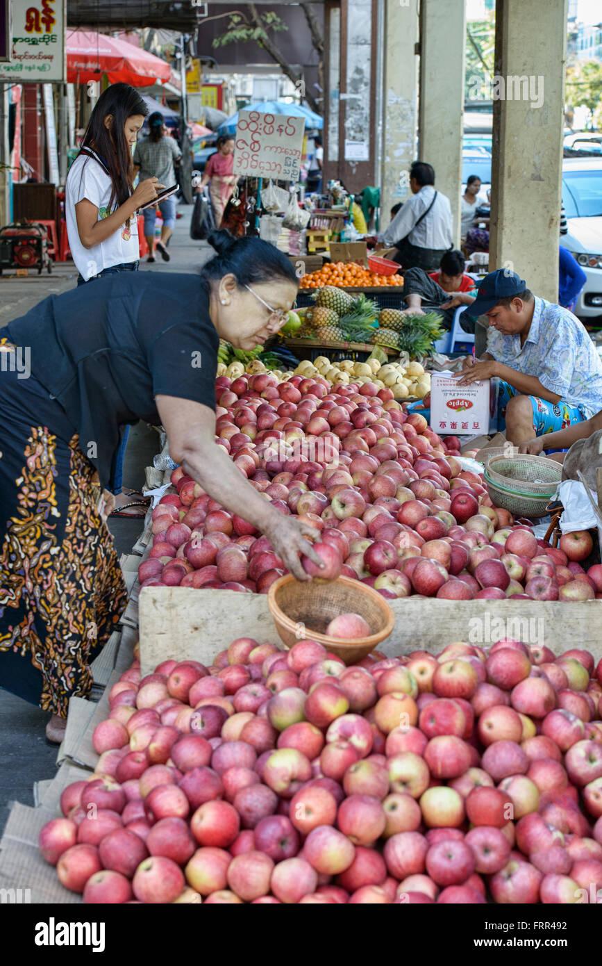 Fournisseur Apple à l'Thiri Marché Mingala à Yangon, Myanmar Photo Stock