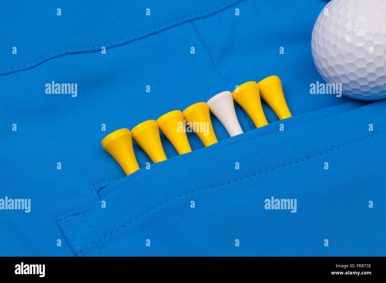 Détail d'un pantalon bleu et d'équipements de golf Photo Stock