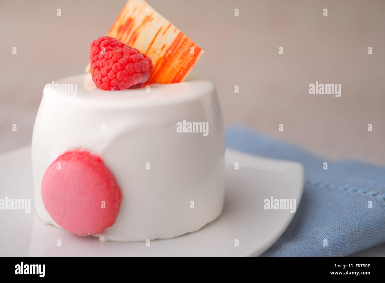 Gâteau blanc à la framboise sur la serviette bleu Photo Stock