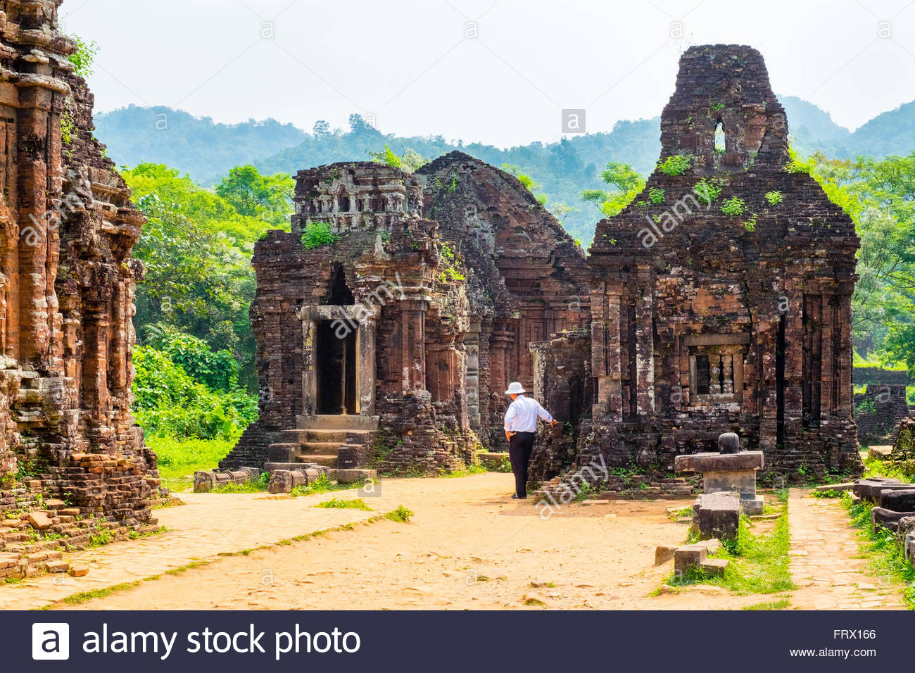 Un guide vietnamien à mon fils ruines Cham site du temple, District de Duy Xuyen, Province de Quang Nam, Vietnam Photo Stock