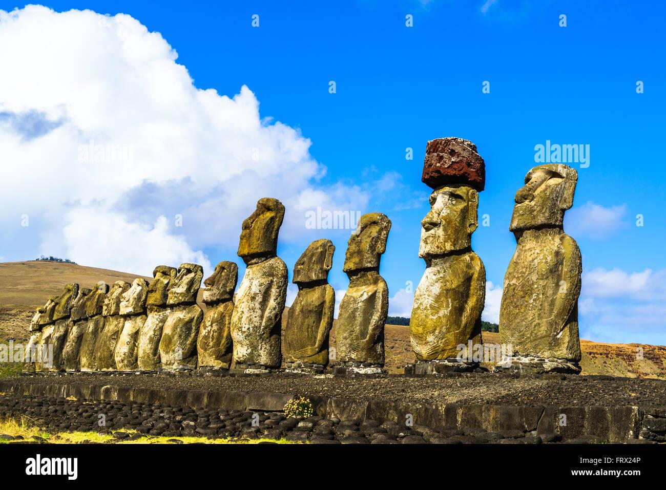 Moai debout à l'ahu Tongariki sur l'île de Pâques, Chili Photo Stock