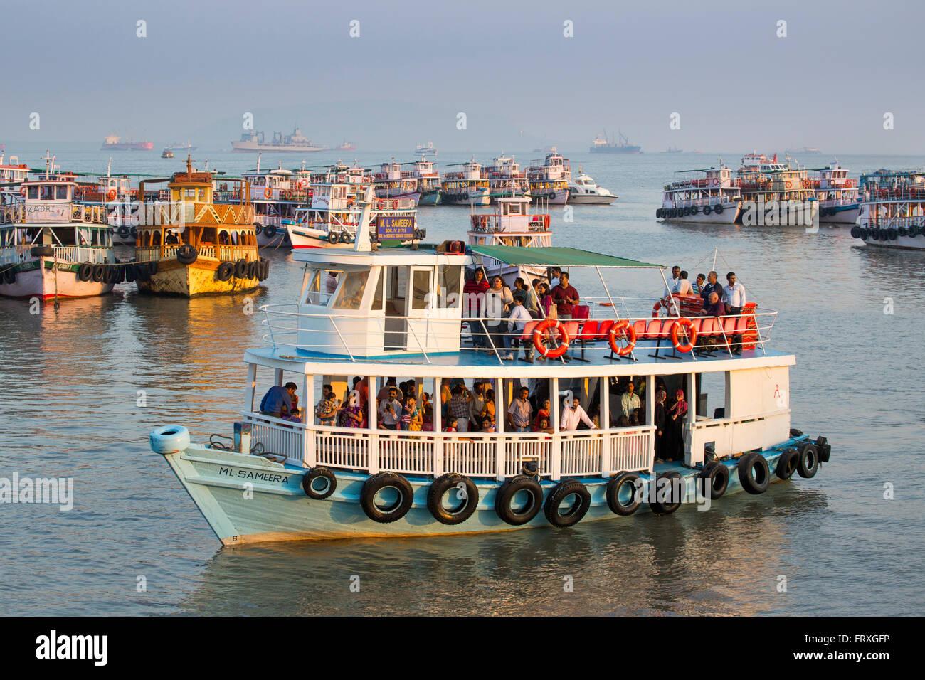 Les bateaux d'excursion dans la région de port près de la porte de l'Inde, Mumbai, Maharashtra, Photo Stock