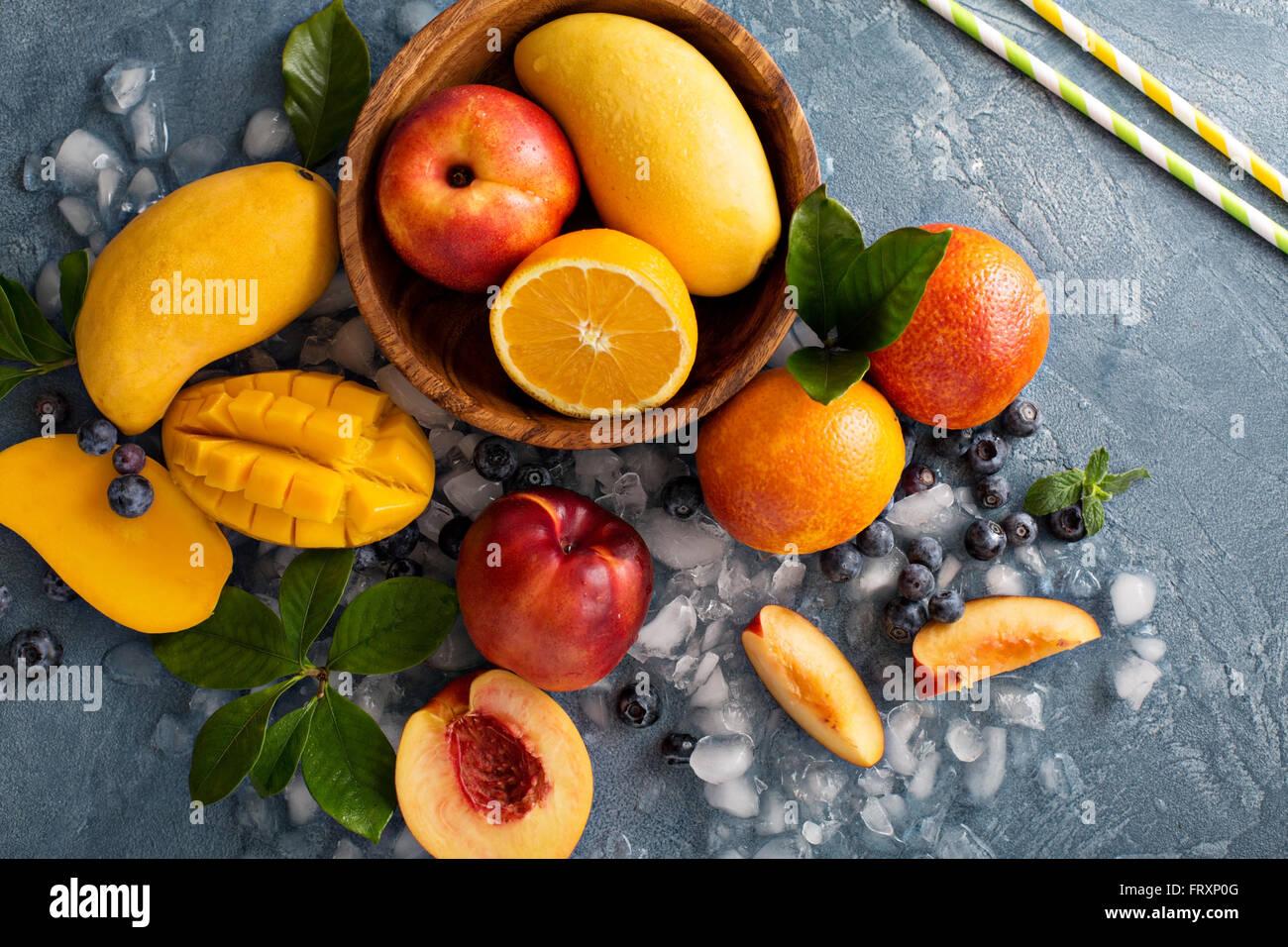 Ingrédients pour un smoothie aux fruits Photo Stock