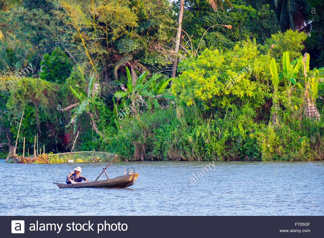 Un homme dans un petit bateau de p che sur la rivi re can for Dans un petit bateau